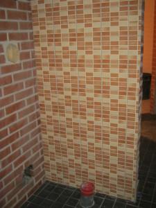 Saunan seinä laatoitettu